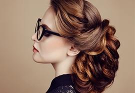 Fixer sa coiffure avec des produits de coiffage Kérastase