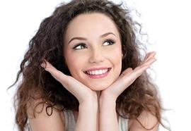 Des cheveux faciles à coiffer avec les soins lissants de Kérastase